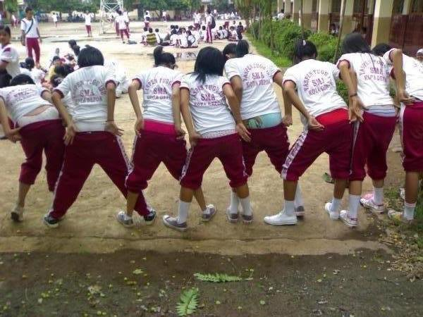 Cewek SMA Pamer Celana Dalam