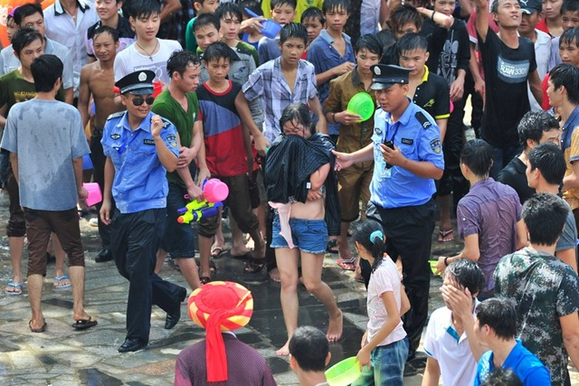 cewek ditelanjangi di jalan - Women sexually harassed and stripped of clothes by crowds in Water Splashing Festival3 (2)
