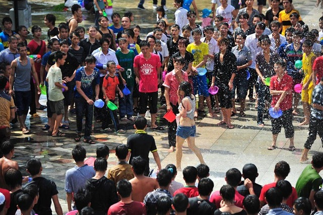 cewek ditelanjangi di jalan - Women sexually harassed and stripped of clothes by crowds in Water Splashing Festival3 (3)