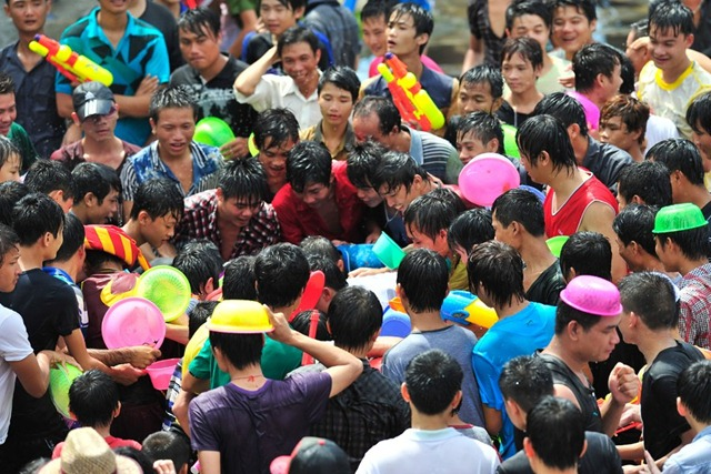 cewek ditelanjangi di jalan - Women sexually harassed and stripped of clothes by crowds in Water Splashing Festival3 (4)