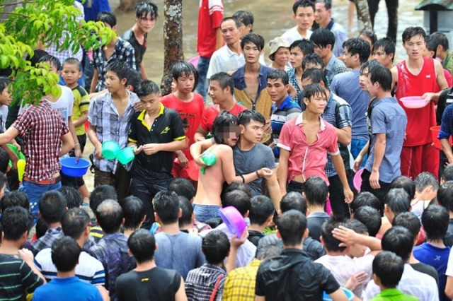 cewek ditelanjangi di jalan - Women sexually harassed and stripped of clothes by crowds in Water Splashing Festival3 (6)