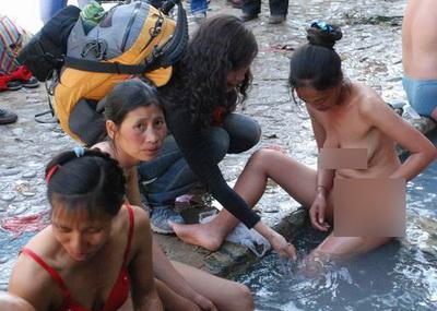 Mencoba suhu air, sebelum ikut mandi.
